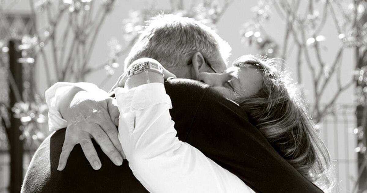 Abraços, beijos e apertos de mão: cumprimentos foram da normalidade à repulsa na pandemia