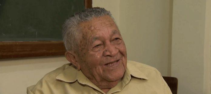 Manoel Bernardino, de 91 anos, lança livro de poesia em Juiz de Fora (MG). — Foto: Reprodução/TV Integração